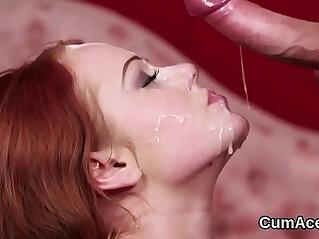 Sperma - Flirty stunner gets jizz shot on her face eating all the cum