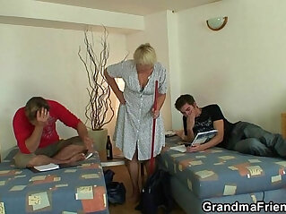 Two friends lure old bitch into 3some